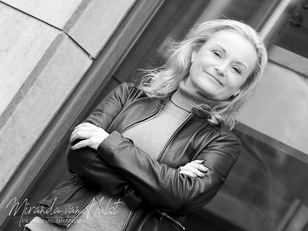 Zakelijke portretfoto gemaakt in de studio van MvH Fotografie - Fotograaf in Hellevoetsluis - Miranda van Hulst - MvH Fotografie